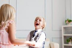 De broer en de zuster spelen thuis stock afbeeldingen