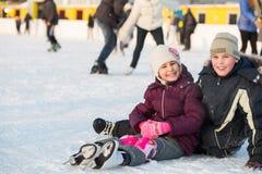De broer en de zuster vielen samen terwijl het schaatsen Royalty-vrije Stock Fotografie