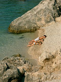 De broer en de zusters zonnebaden op het strand Royalty-vrije Stock Foto