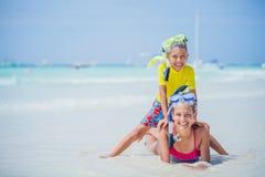 De broer en de zuster in scuba-uitrusting maskeren het spelen op het strand tijdens de hete dag van de de zomervakantie royalty-vrije stock afbeelding