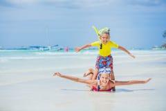 De broer en de zuster in scuba-uitrusting maskeren het spelen op het strand tijdens de hete dag van de de zomervakantie royalty-vrije stock fotografie