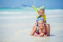 De broer en de zuster in scuba-uitrusting maskeren het spelen op het strand tijdens de hete dag van de de zomervakantie stock afbeelding