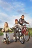 De broers berijden op fietsen Stock Foto's