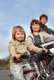 De broers berijden op fietsen Stock Foto