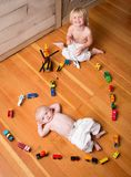 De broers spelen met Treinen royalty-vrije stock fotografie