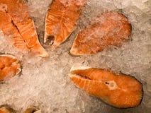De brokken lapjes vlees van rode sappige heerlijke gekoelde bevroren verse zalmforel vissen op een achtergrond van klein van koud royalty-vrije stock afbeeldingen