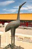 De brons Chinese kraan is een symbool van levensduur in de Verboden Stad Peking, China stock afbeeldingen