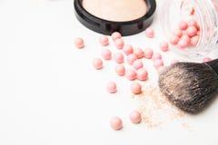 De brons pärlorna och makeupborsten Royaltyfri Foto