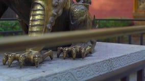 De bronsdraak situeerde binnenkant van een binnenste gedeelte van de Verboden stad - oud paleis van de keizer van China stock videobeelden