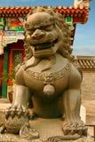 De bronsleeuw, zoon van een draak bewaakt de ingang aan het Paleis van Tuin van Vrede en Harmonie Peking, China stock foto's