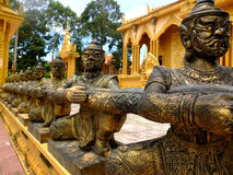 De bronsstandbeelden in de tempel van de tempelvam Ray van Vam Ray, de provincie van Tra Vinh, Vietnam Royalty-vrije Stock Foto
