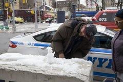 De Bronxmens amuseert zich bouw minisneeuwmens stock foto