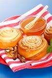 De broodjes en de honing van de kaneel Stock Afbeelding