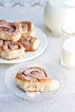 De broodjes en de melk van de kaneel Stock Afbeelding