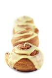 De Broodjes van de kaneel in een lijn Stock Fotografie