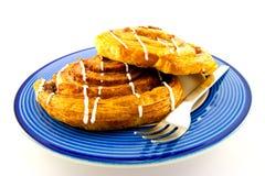 De Broodjes van de kaneel op een Blauwe en Witte Plaat Royalty-vrije Stock Foto's