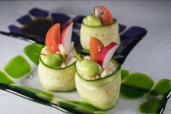 De broodjes van de komkommerrijst op plaat Royalty-vrije Stock Afbeelding