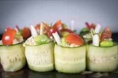 De broodjes van de komkommerrijst op plaat Stock Fotografie