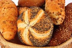 De broodjes van het graangewas in de mand Stock Fotografie