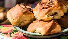 De broodjes van het kaneelbroodje met rozijnen bij een markt van het straatvoedsel royalty-vrije stock foto