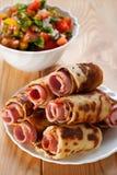 De broodjes van het vlees in de plantaardige omelet, stock afbeeldingen
