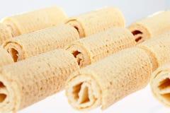 De Broodjes van het wafeltje Gtoup van smakelijk knapperig buiswafeltje op witte achtergrond Dessert royalty-vrije stock fotografie