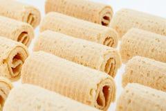 De Broodjes van het wafeltje Gtoup van smakelijk knapperig buiswafeltje op witte achtergrond Dessert royalty-vrije stock afbeelding