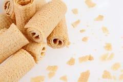 De Broodjes van het wafeltje Gtoup van smakelijk knapperig buiswafeltje op witte achtergrond Dessert stock foto's