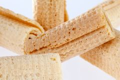 De Broodjes van het wafeltje Gtoup van smakelijk knapperig buiswafeltje op witte achtergrond Dessert stock foto