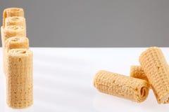 De Broodjes van het wafeltje Gtoup van smakelijk knapperig buiswafeltje op witte achtergrond Dessert royalty-vrije stock afbeeldingen