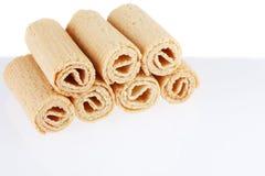De Broodjes van het wafeltje Gtoup van smakelijk knapperig die buiswafeltje op witte achtergrond wordt geïsoleerd Dessert stock foto