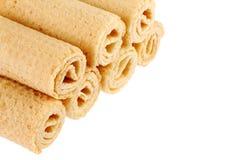 De Broodjes van het wafeltje Gtoup van smakelijk knapperig die buiswafeltje op witte achtergrond wordt geïsoleerd Dessert royalty-vrije stock foto