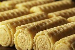 De Broodjes van het wafeltje Zoet de hoekschot van wafeltjebuizen diagonaal liggend Dessert royalty-vrije stock fotografie