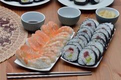 De broodjes van Makisushi en van nigirisushi het voedsel van Japan op het lijstdetail Royalty-vrije Stock Foto