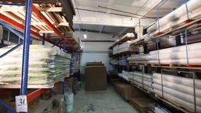De broodjes van stoffen worden opgeslagen in het grondstoffenpakhuis, worden de regimenten gevuld met textiel, pakhuis van stoffe stock footage
