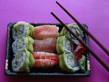 De broodjes van sushi in dienblad