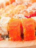 De broodjes van sushi met oranje masago op het bureau Stock Afbeeldingen