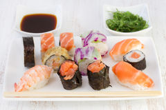 De broodjes van sushi met saus Royalty-vrije Stock Afbeelding