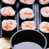 De broodjes van sushi met zalm Stock Fotografie