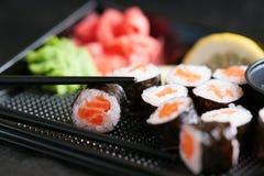 De broodjes van sushi met zalm Stock Afbeelding