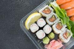 De broodjes van sushi met zalm Stock Afbeeldingen