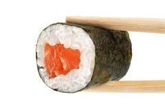 De broodjes van sushi met zalm eetstokjes stock afbeelding
