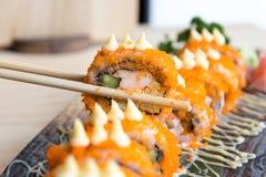 De broodjes van sushicalifornië met eetstokjes - Japans voedsel stock fotografie
