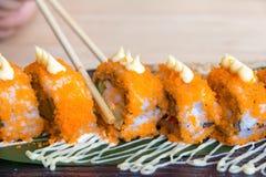 De broodjes van sushicalifornië met eetstokjes Japans voedsel Royalty-vrije Stock Afbeelding