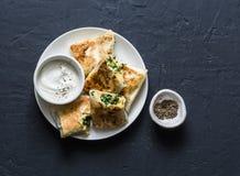 De broodjes vulden met kekers, spinazie, prei en mozarella op een donkere achtergrond, hoogste mening royalty-vrije stock afbeelding