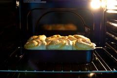 De broodjes worden gebakken in de oven stock afbeelding