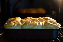 De broodjes worden gebakken in de oven stock afbeeldingen