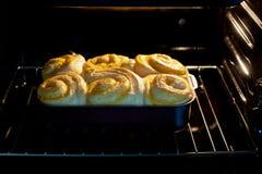 De broodjes worden gebakken in de oven stock foto's