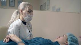 De Browmeester verklaart permanente het tatoeëren procedure aan cliënt stock footage