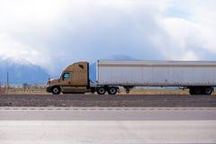 De Brown do equipamento caminhão grande semi que transporta a carga no refrigerador semi imagem de stock
